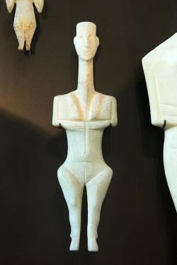 Kykladský idol z Délu, 3000–2700 před n. l., dnes v Berlíně. Kredit: Wikimedia Commons .