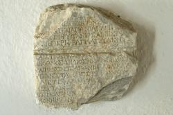 Nápis o poctě hráče na lyru při poutní slavnosti na Délu. Helénistická doba, Archeologické muzeum na Sifnu. Kredit: Wikimedia Commons.