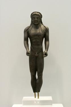 Apollón, v rukou držel luk a obětní misku, 510 před n. l. Kredit: Wikimedia Commons.