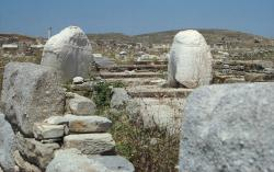 """Torza naxijské kolosální sochy kúra nebo Apollóna z 6. století před n. l., povalující se na Délu u """"hrobu panen hyperborejských"""". Kredit: Wikimedia Commons"""