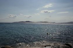 Posvátný ostrov Délos z Mykonu. Kredit: Wikimedia Commons.