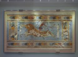 Freska s akrobaty a býkem. Knóssos, 16. století před n. l. Kredit: Wikimedia Commons.