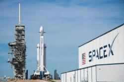Falcon Heavy v Kennedyho vesmírném centru na Floridě těsně před startem.