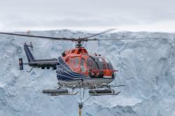 Geofyzikální měření magnetometrem taženým palubní helikoptérou RV Polarstern. Kredit: Alfred-Wegener-Institut / Thomas Ronge.