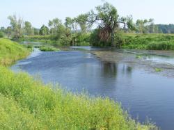 Řeka Ťasmyn, v jejímž povodí se kráter zčásti nachází. Jde o pravý přítok Dněpru. Řeka je dlouhá asi 164 kilometrů a její povodí má rozlohu kolem 4600 kilometrů čtverečních. Kredit: Maxim Gavrilyuk, Wikipedie (GFDL)