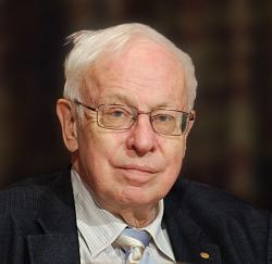 """Britský biochemik švédského původu Tomas Lindahl je držitelem Nobelovy ceny za chemii z roku 2015. Proslavil se zejména výzkumem rakovinného bujení a také způsoby """"opravy"""" lidské DNA. K možnostem zachování pravěké DNA v druhohorních fosiliích je nicméně velmi skeptický. Kredit: Holger Motzkau, Wikipedie (CC BY-SA 3.0)"""
