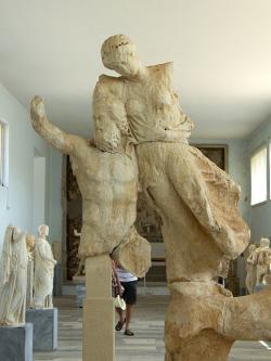 Boreás unáší princeznu Oreithyji. Zobrazení je ale až z doby klasické, 421 až 417 před n. l. Archeologické muzeum na Délu. Kredit: Zde, Wikimedia Commons.