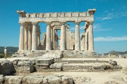 Chrám Afaie na ostrově Aigina (Aegina, Ejina) má s iónskými trojčaty společnou jenom dobu: Byl postaven na konci řecké archaické doby kolem roku 490 na místě staršího chrámu z doby kolem 600 před n. l. Kredit: Zde, Wikimedia Commons.