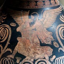 Boreás unáší princeznu Oreithyji. Tentokrát na keramice z konce klasické doby. Salting Painter, asi 360 před n. l. Louvre, K 35. Kredit: Jastrow, Wikimedia Commons.