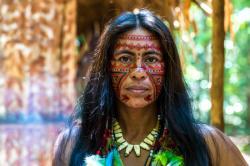Příslušník lidu Tsimané s malováním pro slavnostní příležitosti. Dnes už jich je méně, než je obyvatel v Humpolci.    (Kredit: www.tsimane.org, Tsimane Amazonian Panel Study)