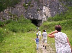 Sibiř, vchod do Děnisovy jeskyně, kde se našly kosterní ostatky jednoho z vymřelých lidských druhů.
