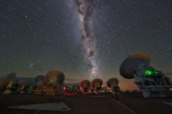 Soustava radioteleskopů ALMA. Kredit: ESO/Y. Beletsky.