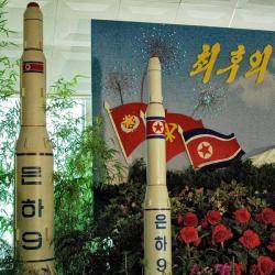 Jaderný pozdrav ze Severní Koreje. Kredit: Steve Herman / VOA, Wikimedia Commons.