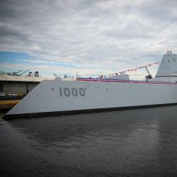 USS Zumwalt vplné parádě. Kredit: US Navy.