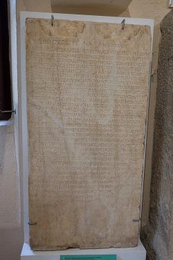 Mramorová votivní stéla s nápisem, z Asklépia v Epidauru, 150-200 nebo 120-160 n. l. IG IV(2), 1, 126. Archeologické muzeum v Epidauru. Kredit: Zde, Wikimedia Commons.