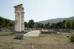 Popis: Hestiatorium v Epidauru, prostor společného jídla. Kredit: Zde, Wikimedia Commons.