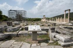 Asklépiův chrám v Epidauru, 380-370 před n. l. V pozadí vlevo je posvátný tholos v rekonstrukci, vpravo abaton, tedy prostor léčby, zvláště spánkové (enkoimotérion). Asklépiova lázeň je 15 až 20 m vpravo od fotografa (v ose abatonu), knihovna dalších 20 m za ním. Asklépiův oltář je za zády fotografa. Kredit: Zde, Wikimedia Commons.