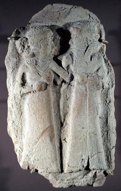 Svatba Inanny a Dumuziho, 2000 až 1600 před n. l, Louvre AO 16676. Kredit: Applejuice, Wikimedia Commons.