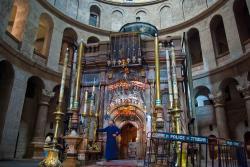 Interiér chámu Božího hrobu v Jeruzalémě, 11. století (a pozdější dostavby) na místě zbytků baziliky z 4. století. Kredit: Antoine Taveneaux, Wikimedia Commons.