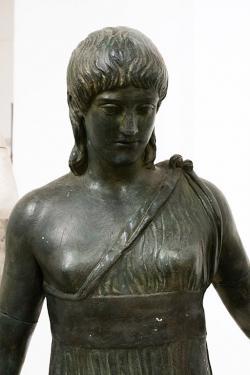Spartská dívka ve sportovním, před r. 450 př. n. l. Odlitek originálu z Vatikánských muzeí. Galerie antického umění v Hostinném. Kredit: Zde, Wikimedia Commons.