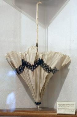 Slunečníček z hedvábí a slonoviny, který hrdinné Madó věnoval admirál Carlos Paizis. Egejské námořní muzeum na Mykonu. Kredit: Zde, Wikimedia Commons.
