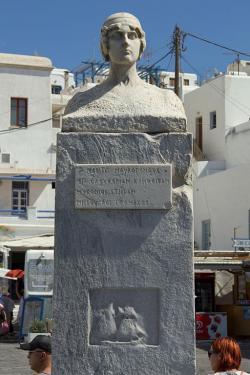 """Pomník Madó Mavrogenús na """"jejím"""" náměstí, Chóra Mykonu, stav roku 2013. Kredit: Zde, Wikimedia Commons."""