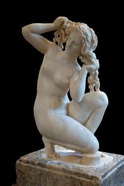 Afrodíté se pucuje od mořské pěny, tentokrát pro změnu na Rhodu a ne na Kypru. Menší mramor vdekorativním stylu z1. století před n. l. na motivy sochy, kterou už ve 3. století vytvořil Doidalsés. Archeologické muzeum na Rhodu, 4685. Kredit: Jebulon, Wikimedia Commons.