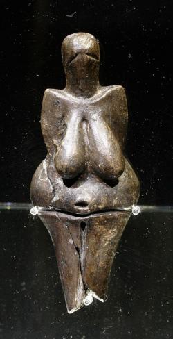 Věstonická venuše na výstavě Lovci mamutů v Národním muzeu v Praze  2007. Kredit: Petr Novák, Wikipedia