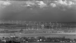 Větrná farma blízko Dardesheimu ve východním Německu (zdroj PtrQs/wikipedia).