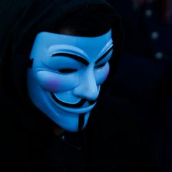 Vykulená maska Guye Fawkese. Kredit: Pierre Rennes / Flickr.