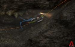 Potápači, pripravujúci sa na vstup do zatopenej jaskyne - video.