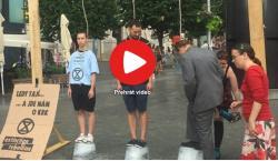 Čeští aktivisté demonstrují s oprátkou na krku proti klimatické změně, která podle nich ohrožuje přežití člověka na planetě. Video z akce na iDNES.tv (Zdroj).