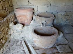 Minojský vinný lis z doby bronzové. Vathypetro u Archanes na Krétě. Kredit: Olaf Tausch, Wikimedia Commons