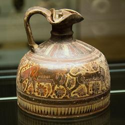Korintská oinochoé (džbán na víno), konec 7. století před n. l. Národní muzeum v Praze, NM-H10 4794, nevystavuje se. Kredit: Zde, Wikimedia Commons.