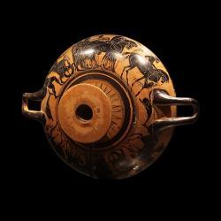 Černofigurový kylix (picí miska), 510 před n. l. Musée cantonal d'archéologie et d'histoire de Lausanne, 3315. Kredit: Rama, Wikimedia Commons.
