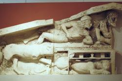 Dionýsos poklidně popíjí (není úplně jasné, který z nich to je). Archeologické muzeum na Korfu (Kerkyra). Kredit: Zde, Wikimedia Commons.