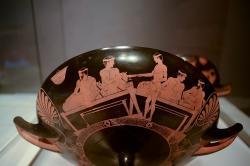 Červenofigurový kylix (picí miska), symposion, 460-450 před n.l. Louvre G 467. Kredit: Ruthven, Wikimedia Commons.