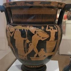 Červenofigurový kratér. Satyrové nosí hrozny, jeden šlape, Dionýsos to sleduje, 450-440 před n. l. Ze sbírky krále Jiřího I. Národní archeologické muzeum v Athénách, č. 15112. Kredit: Zde, Wikimedia Commons.