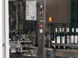 Stáčírna jednoho zmnoha nemejských vinařství. Kredit: Zde, Wikimedia Commons.