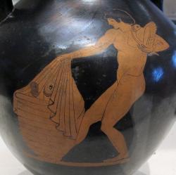 """Žena odkrývá """"mystickou schránu"""" s většími maketami falů, 490 před n. l. Musée des Beaux-Arts de la Ville de Paris. Kredit: Sailko, Wikimedia Commons."""