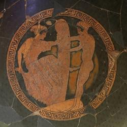 Ženy u obřího falu, 480 před n. l. Museo nazionale etrusco di Villa Giulia, Rome (ale malba na picí misce je řecká). Kredit: Sailko, Wikimedia Commons.