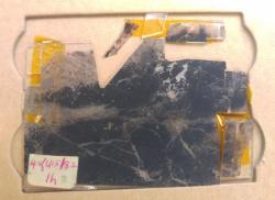 V nejnovější publikaci vědců z University of California a University of Wisconsin (Schopfův tým) se u vzorku z lokality Apex Chert starém 3,5 miliardy let uvádí, že fyzikálně chemická metoda na něm potvrdila, že obsažené mikroskopické struktury jsou biologického původu. Na snímku je výbrus analyzovaný v laboratoři WiscSIMS.Kredit: John Valley, UW-Madison