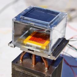 Zařízení na získávání vody spomocí MOFů. Kredit: MIT / Laboratory of Evelyn Wang.