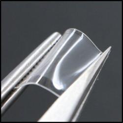 Náplast o rozměrech 3 x 3 centimetry s křemíkovými porézními vstřebatelnými jehličkami. Svůj výtvor autoři nazvali  p-Si jehlami. Pružnost náplasti dovoluje aplikovat cytostatikum i do rohovky a umožňuje léčbu oční formy melanomu. Kredit: Purdue University / Chi Hwan Lee.