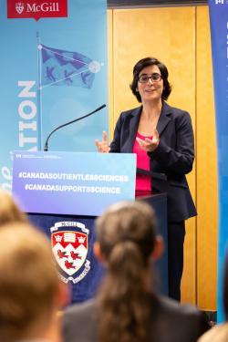 Nathalie Tufenkji s titulem z Yale je profesorkou a vedoucí vědeckou pracovnicí na McGill University. Nedávno vzbudila pozornost svými články v těch nejprestižnějších časopisech o objevu, jak látka obsažená v brusinkách zvyšuje účinek antibiotik. Nyní se to jejímu týmu podařilo znovu zabroušením do oblasti plastů v potravinách. Foto: Owen Egan.