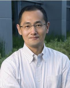 """Shinya Yamanaka, školitel Saitoua, průkopník na poli regenerativní medicíny a proměny kožních buněk v univerzální """"surovinu pro výrobu"""" indukovaných pluripotentních buněk využitelných k náhradě poškozených tkání. Kredit: ICEMS."""
