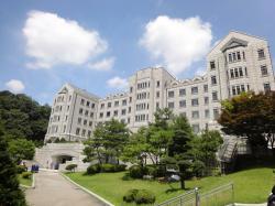 Mytí rukou zorganizované Kimovým korejským týmem na universitě v Soulu, se dotkne zisků noha mocných firem.