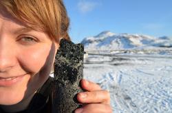 Zázračně zkamenělý oxid uhličitý. Kredit: Kevin Krajick / Lamont-Doherty Earth Observatory.