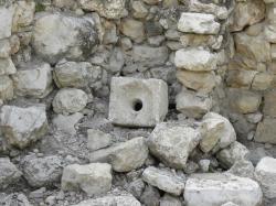 Podobný kamenný záchod  z domu ve městě Davidově je datován do 8. století př. n. l.. Kredit: Ian W Scott—https://www.flickr.com/photos/ian-w-scott/3729712032   CC BY-SA 2.0