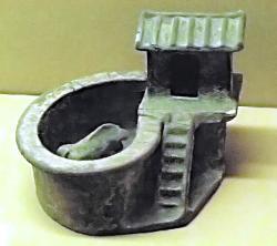 Číňané měli tendenci záchod situovat mimo dům. Toto je modeltoalety s chlívkem z doby dynastie Eastern Han 25 - 220 n. L. Dnes si ho lze prohlédnout  vShaanxi History Museum, Xi'an. Kredit:  John HillCC BY-SA 3.0.